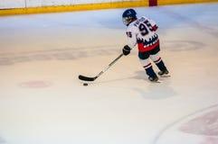 Ett fragment av hockeystraffskottet utförde vid den unga hockeyspelaren Arkivfoton