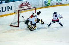 Ett fragment av hockeystraffskottet utförde vid den unga hockeyspelaren Royaltyfri Foto