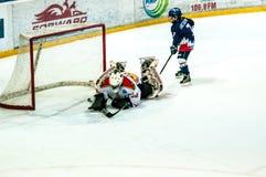 Ett fragment av hockeystraffskottet utförde vid den unga hockeyspelaren Royaltyfri Bild