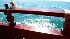 Ett fragment av räcket av yachten som seglar på havet arkivfilmer