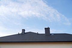 Ett fragment av taket som göras av metalltaktegelplattor Ett nybyggt bostads- hus arkivbild