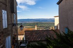 Ett franskt landskap till och med byggnader under en blå himmel royaltyfria bilder