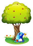 Ett förgiftat blått monster under trädet Royaltyfri Bild