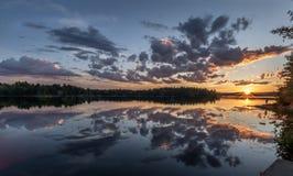 Ett fridfullt naturligt solnedgångögonblick Royaltyfri Fotografi