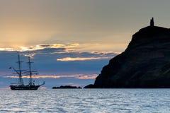 Ett gammalmodigt högväxt skepp på solnedgången i port Erin  Arkivbilder