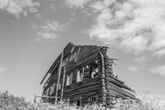 Ett gammalt, övergett fördärvat hus Fotografering för Bildbyråer