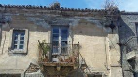Ett gammalt övergett hus i Italien Arkivfoto