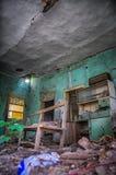 Ett gammalt övergett hus nterior av Abandoned huset med brutna väggar Royaltyfri Bild