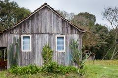 Ett gammalt övergett trähus på Rio Grande do Sul - Brasilien Arkivbilder