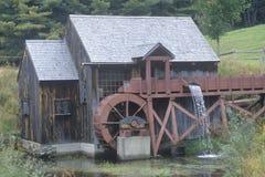 Ett gammalt brunt vatten mal Arkivbilder