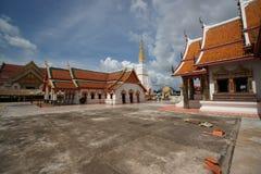 Ett gammalt buddistiskt tempel mot skyen Royaltyfri Bild