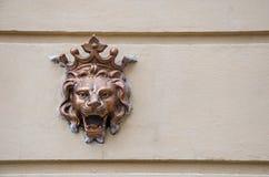 Ett gammalt emblem på väggen royaltyfri bild