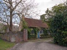 Ett gammalt engelskahus med sidor och växter Ivy Growing på bet Arkivbild