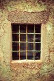 Ett gammalt fönster av ett redan föråldrat gammalt hus royaltyfri foto