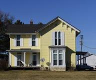 Ett gammalt gult hus arkivbilder