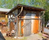 Ett gammalt hjälpmedelskjul på en historisk plats i Kanada Royaltyfri Foto