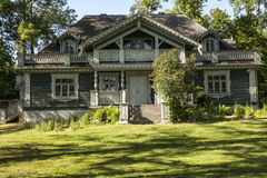 Ett gammalt hus i parkera Royaltyfri Fotografi
