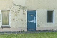 Ett gammalt hus med en dörr med det tyska ordet för kök Royaltyfri Bild