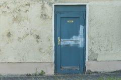 Ett gammalt hus med en dörr med det tyska ordet för kök Royaltyfria Foton
