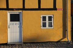 Ett gammalt hus nästan hamnen i Danmark Royaltyfria Bilder