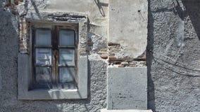 Ett gammalt isolerat fönster i skuggan i Sicilien Arkivfoton