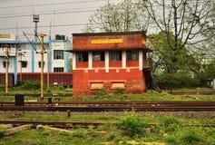 Ett gammalt järnväg rum för kontroll för trafiksignal som är att arbeta för stopp arkivbild