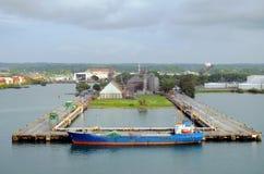 Ett gammalt lastfartyg som förtöjer i porten av Cristobal, Panama arkivfoto