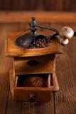 Ett gammalt mekaniskt kaffe maler arkivfoton