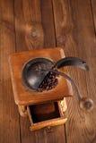 Ett gammalt mekaniskt kaffe maler arkivfoto