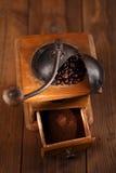 Ett gammalt mekaniskt kaffe maler royaltyfria bilder