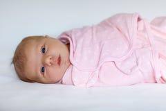 Ett gammalt nyfött för vecka behandla som ett barn flickan som slås in i filt Arkivbild