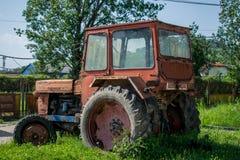 Ett gammalt och rostigt jordbruks- maskineri royaltyfria foton