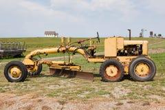 Gammal gul lantgårdtraktor Royaltyfria Bilder