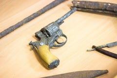 ett gammalt rostigt revolvervapen Arkivfoto