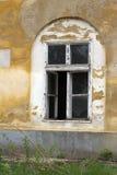 Ett gammalt skadadt fönster Royaltyfri Bild