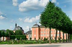 Ett gammalt slott och den storartade parken royaltyfri bild