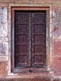 Ett gammalt som kedjas fast upp dörröppningen arkivfoton