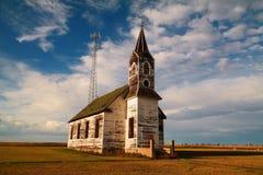 Ett gammalt som stigas ombord upp kyrka och ett nytt radiotorn royaltyfri fotografi