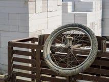 Ett gammalt stålhjul och brutet, royaltyfri bild
