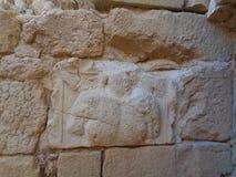 ett gammalt stenar gravyr på väggen fotografering för bildbyråer