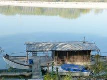 Ett gammalt sväva fiskehus förtöjde på floden Po - Italien 02 royaltyfri bild