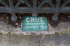 Ett gammalt tecken om den jätte- floden (crue i franskt) av Seinet River i Paris i boulevarden 1910 Haussmann royaltyfria bilder