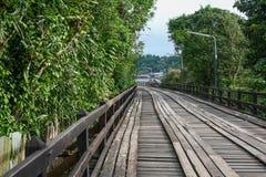 Ett gammalt trä överbryggar i Sangklaburi Fotografering för Bildbyråer