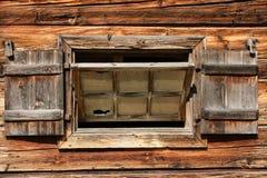Ett gammalt träfönster arkivfoto