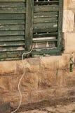 Ett gammalt träfönster med en kabel som ut kommer arkivbilder