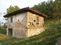 Ett gammalt träförstört hus Royaltyfri Bild