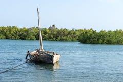 Ett gammalt träfartyg som svävar på en flod i Tanzania, Afrika royaltyfria foton