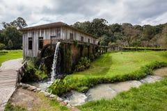 Ett gammalt trähus med vattenhjulet på Rio Grande do Sul Arkivfoton