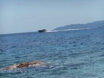 ett generiskt ögonblick för ett fartyg på havet, Crvena Glavica, Montenegro Arkivfoto
