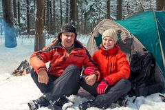 Ett gift par av aktiva turister på naturen i en vinter fo arkivfoto